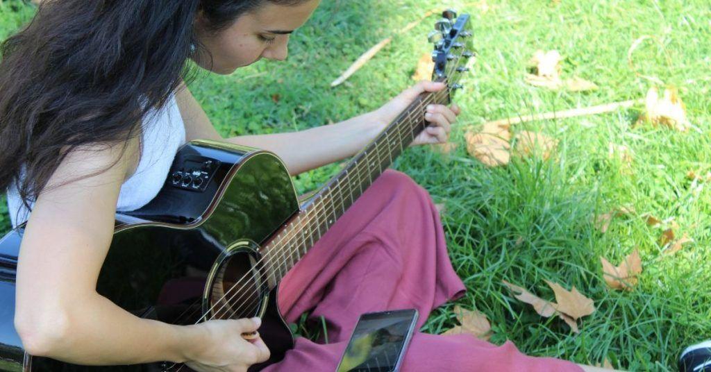 Guitarra eléctrica, acústica o clásica, ¿cuál es mejor para empezar? 3